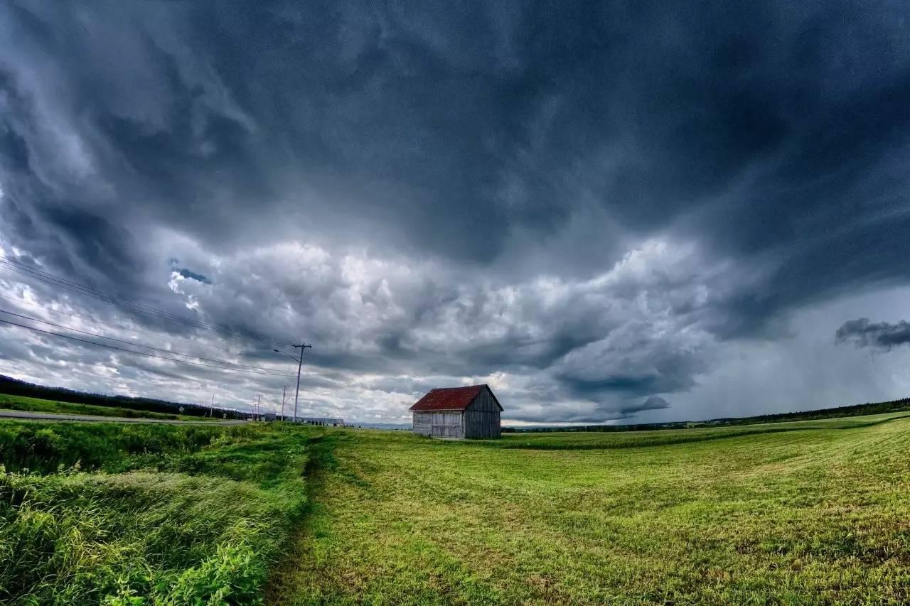 近期,全国各地都开始出现强度不一,持续时间不等的降雨天气。 对普通人而言,雨天可能意味着出行不便,但对摄影爱好者来说,雨天有着平时看不到的独有魅力,是个出片的好机会只要雨别太大就行。 雨天到底有什么平时看不到的景象呢?技巧君今天为您整理了雨天独有的 7 种出片好题材,下次再碰上雨天就可以实践一下啦!  不过,在介绍这些题材前,我们有必要重申一下雨天拍摄最关键的技法要点,以便您更好地进行拍摄。 前言.