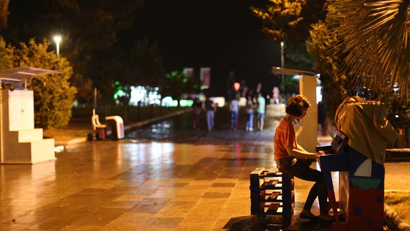 夜幕下的巴统,少女在街头弹钢琴。摄影:孟菁