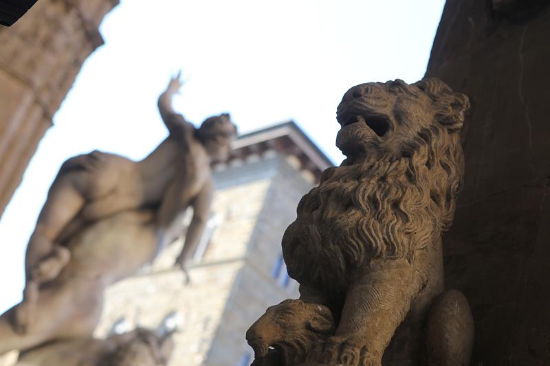 佛罗伦萨绅士广场。广场以但丁雕像为中心,被众多文艺复兴时期建筑所包围。摄影:孟菁