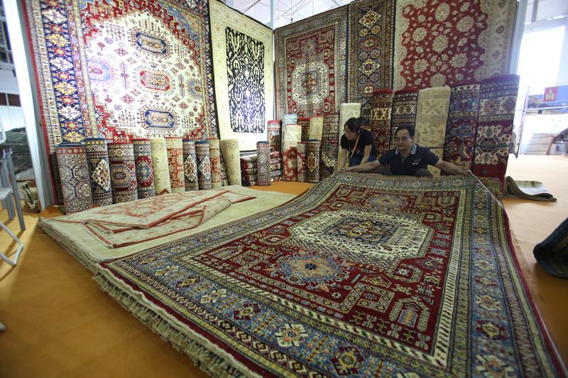 2015中国(青海)藏毯国际展览会6月25日在西宁隆重开幕。图为布展现场。摄影:赵冰