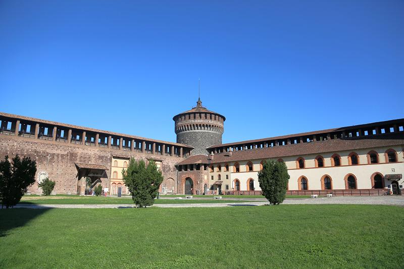 米兰古堡(Castello Sforzesco)是维斯康蒂家族统治米兰时期建造的城堡,建于十四世纪中期,位于当时的米兰城中心,并在之后的几个世纪成为米兰宫廷的所在地。如今也是米兰历史沧桑的象征。摄影:刘逵