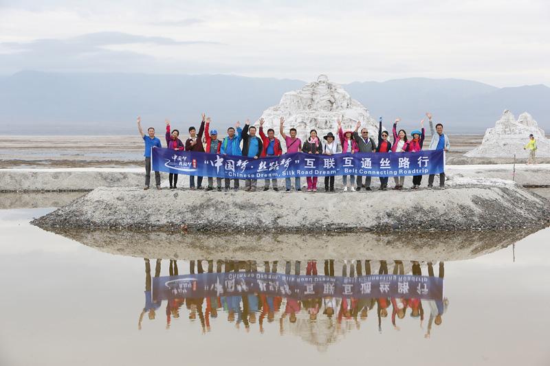 车队成员在茶卡盐湖盐雕前合影。摄影:赵冰