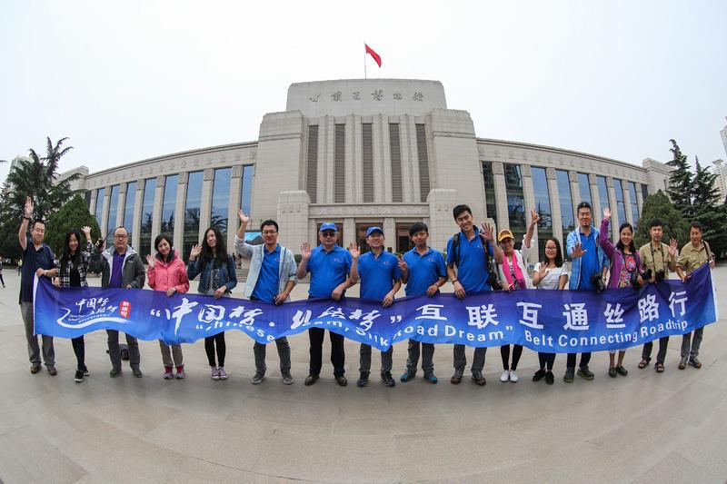 丝路梦车队在甘肃省博物馆合影。摄影:孟菁