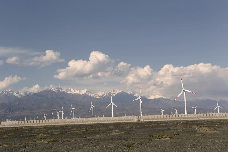 戈壁滩上的风车与远处的天山雪山。摄影:赵冰