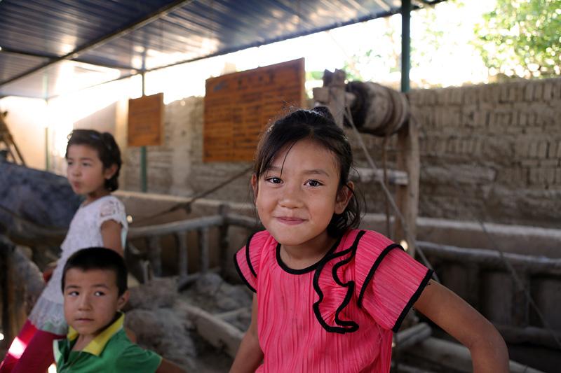 坎儿井博物馆的维吾尔族小朋友。摄影:赵冰
