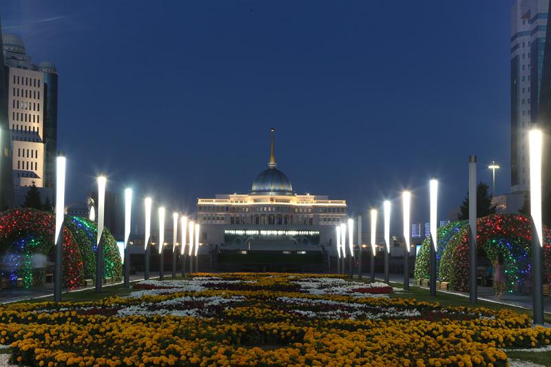 阿斯塔纳夜景——总统府。摄影:赵冰