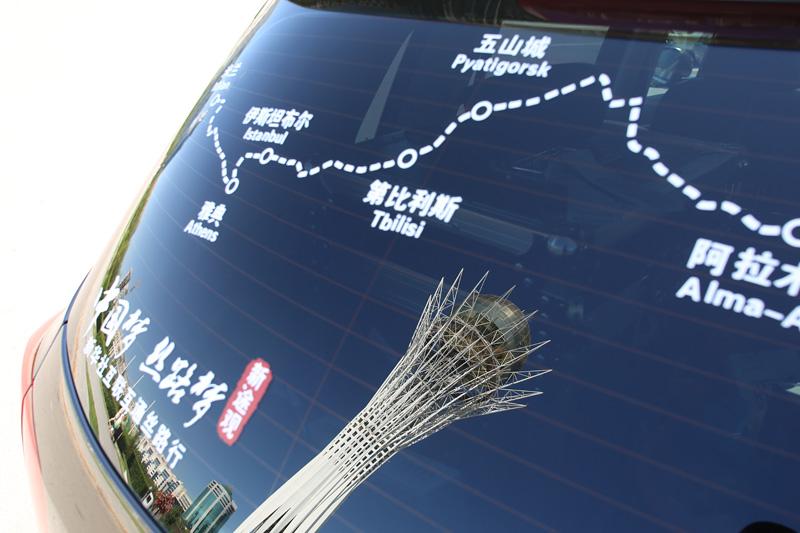巴依捷列克观景塔倒映在新途观后窗。摄影:刘逵