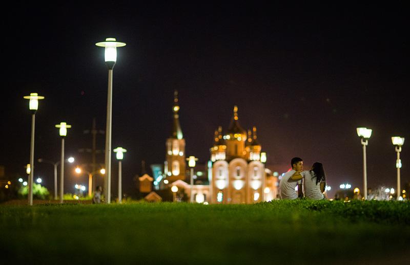 阿克托别夜景。摄影:孟菁
