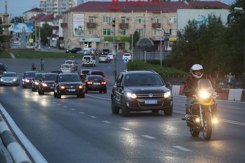 """阿特劳当地摩托车队与""""丝路梦""""车队共同行驶在街头。摄影:赵冰"""