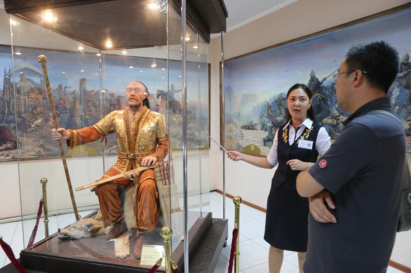 车队成员参观阿特劳博物馆,馆员进行讲解。摄影:赵冰
