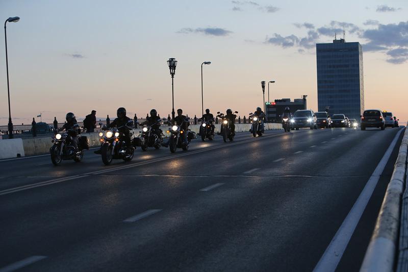 """当地摩托车队与""""丝路梦""""车队共同驰骋在乌拉尔河大桥上,跨越欧亚。摄影:赵冰"""