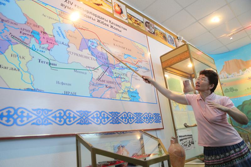 萨莱楚克丝绸之路博物馆,馆员进行讲解。摄影:赵冰