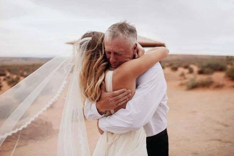 泪目!摄影师拍下父亲初见女儿穿上婚纱的瞬间
