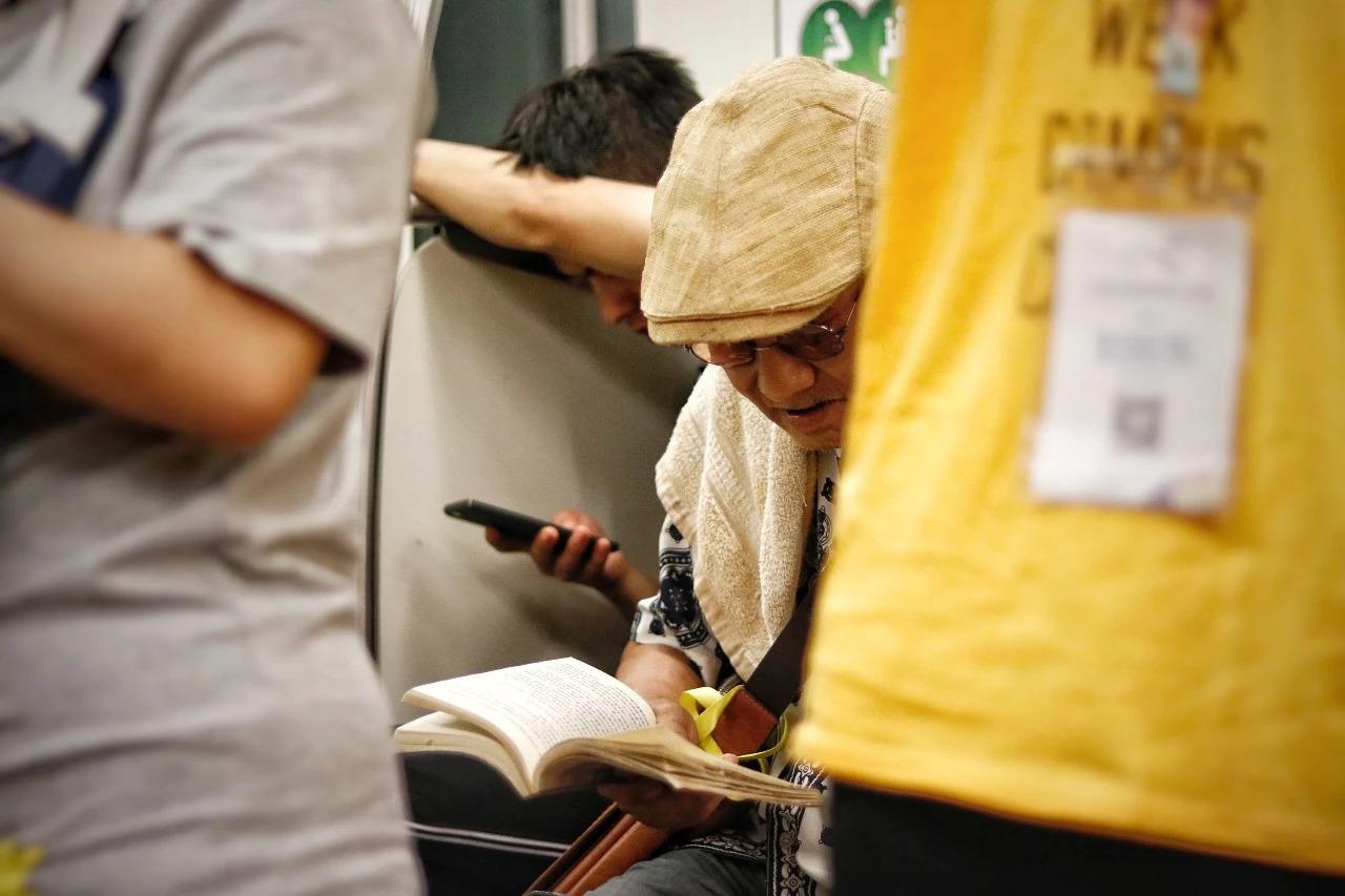 感动朋友圈的温暖照片:你看书的样子,真好看……