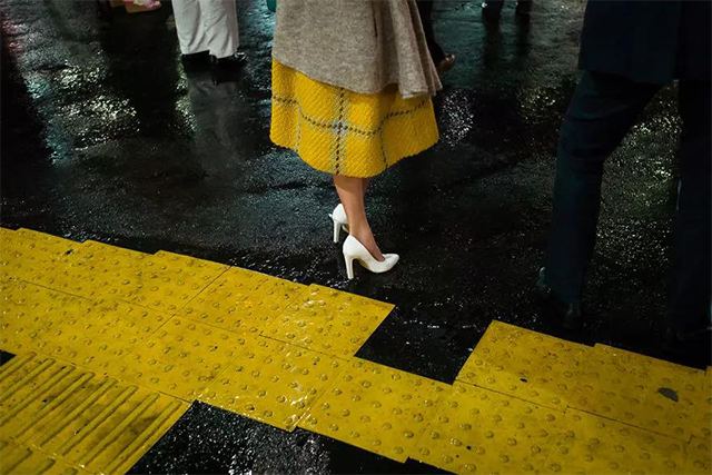 真实却微妙的日本街头,都被这位摄影师偷偷拍下了!