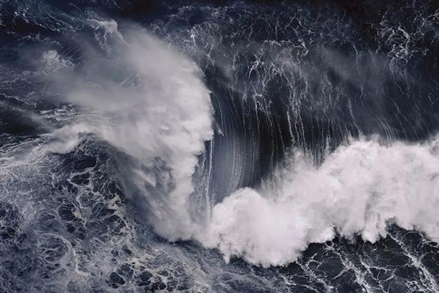 面朝大海,他记录下巨浪之美!