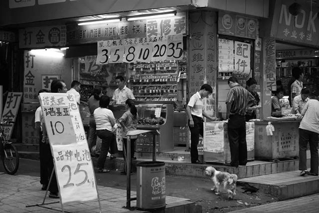 30 年,300 张照片,他记录下深圳移民的故事