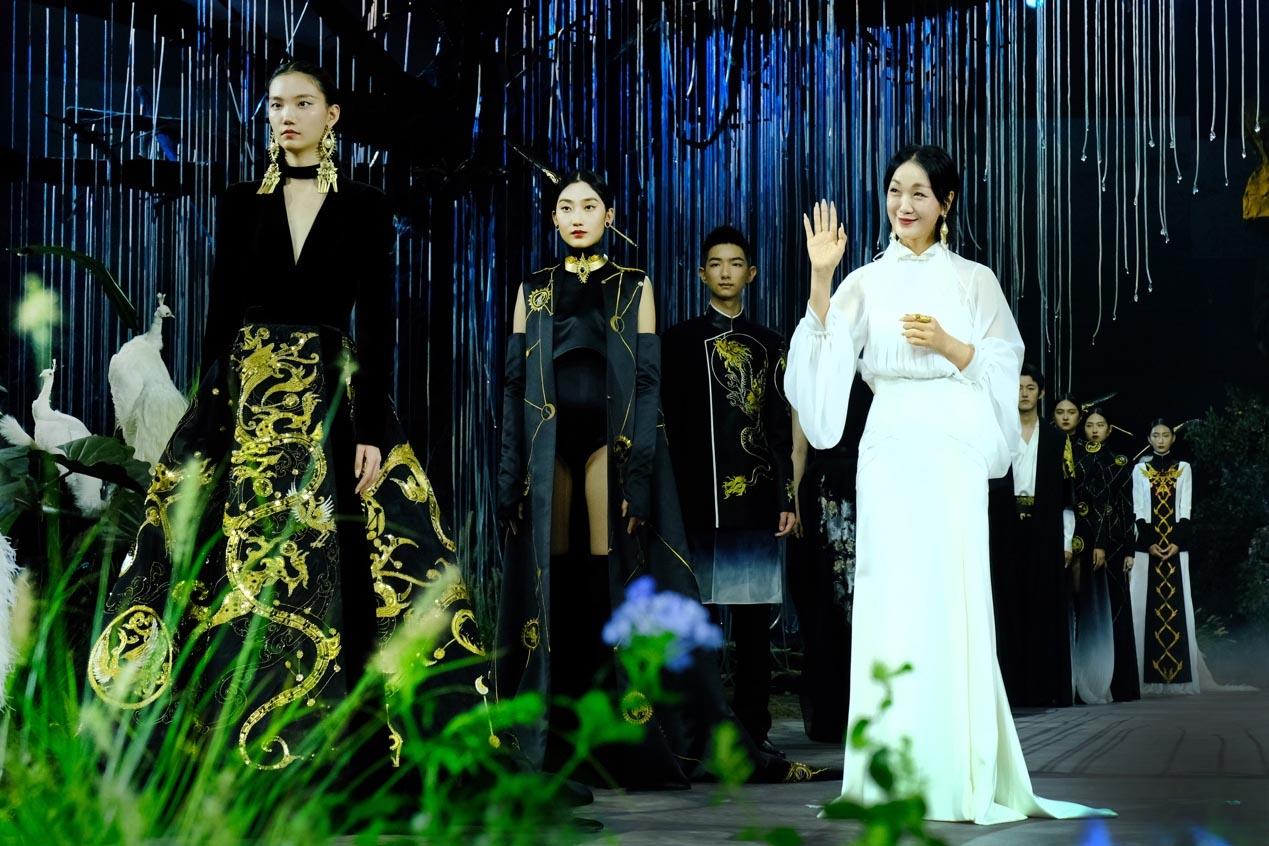 熊英|乾坤 · 方仪 2022SS 中国国际时装周开幕大秀震撼上演